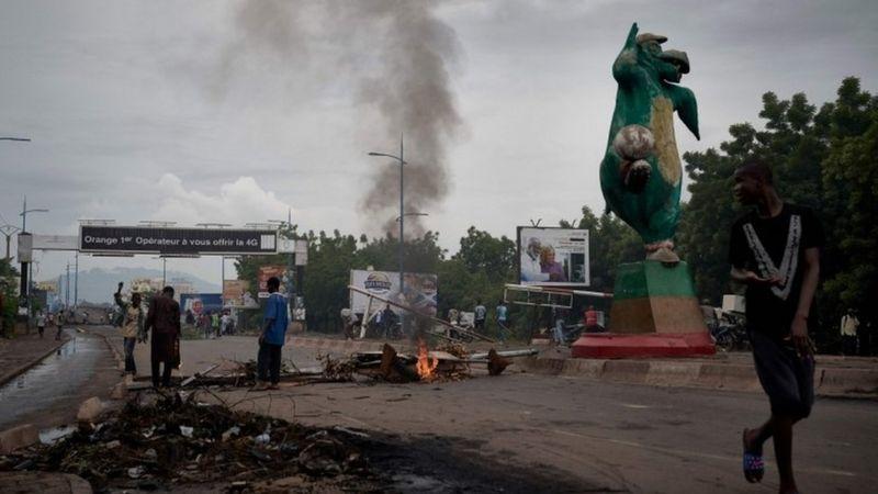 Mali: igitutu cy'imyigaragambyo cyatumye Perezida asesa urukiko rw'itegekonshinga