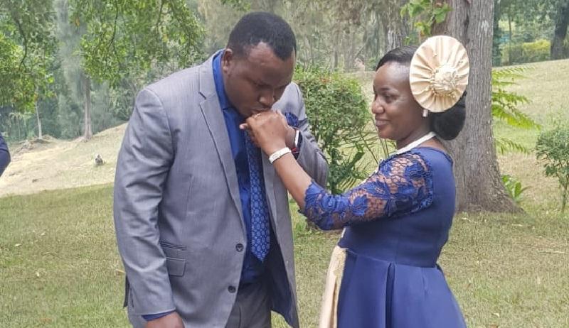 Meya wa Rutsiro yaterewe ivi n'umukunzi we banasezerana mu Murenge [AMAFOTO]