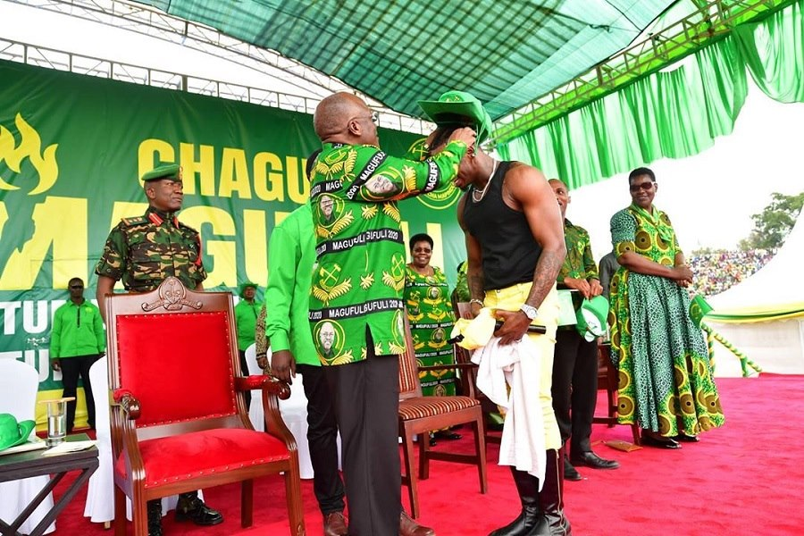 Perezida Magufuli yikuye ingofero ye ayambika Diamond ku mugaragaro nawe ayishyira mu kabati k'ibihembo amaze gutwara