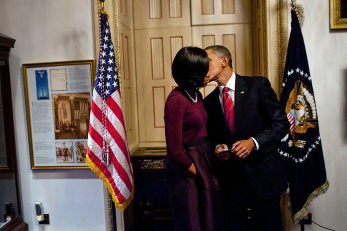 Ihere ijisho amafoto agaragaza ibihe bidasanzwe Barack Obama n'umugore we Michelle bamaranye imyaka 28 bari mumunyenga w'urukundo[AMAFOTO]