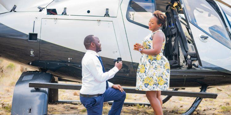 Umuherwe wo mu mujyi wa Nairobi yateye ivi imbere y'umukunzi we nyuma yo kumutembereza mu ndege [AMAFOTO]